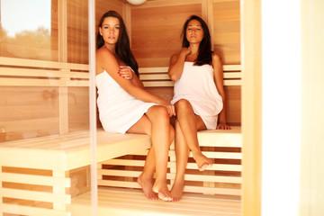 Zwei Mädels entspannen bei der Sauna