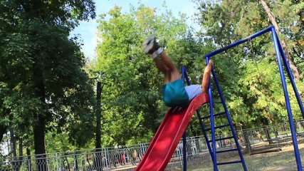 Sportman working extreme sit-ups in the park