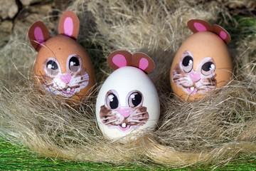 Drei lustige Ostereier im Stroh