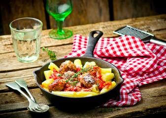 meat balls in tomato sauce wirh pasta.