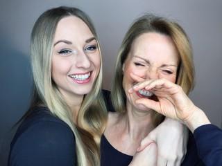 Mutter und Tochter machen Grimasse