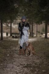 Ritratto di ragazza felice con Labrador retriever biondo