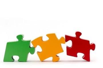 Drei ineinander passende Holz-Puzzleteile