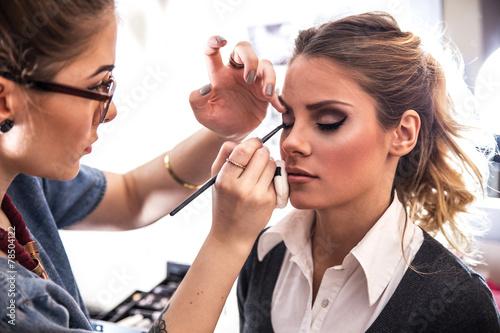 fototapeta na ścianę Make-up prac artysty w swoim studio.