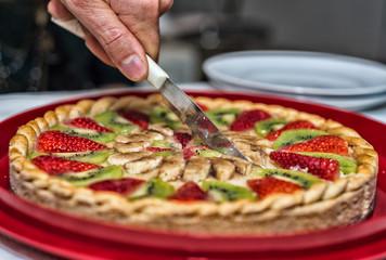 Slicing fruit pie