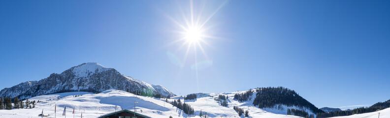 Winterlandschaft mit Sonne in der Mitte