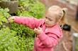 petite fille jardinage