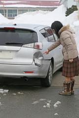 事故の車と女性