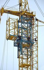 Сборка башенного крана с помощью дополнительной секции
