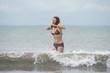 jeune fille sautant dans les vagues - Pacifique