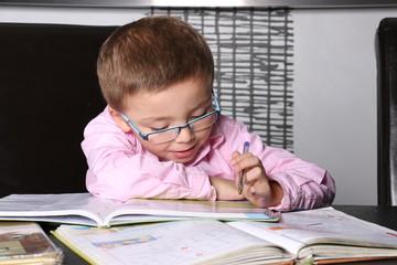 Petit garçon et ses devoirs