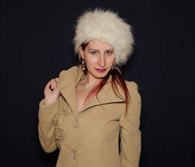Donna con giaccone e cappello  invernale