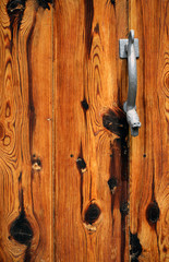 alte Holztür mit Schlangenkopf Drücker oder Öffner