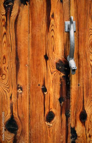 canvas print picture alte Holztür mit Schlangenkopf Drücker oder Öffner