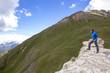 Giovane ragazzo ammira paesaggio di montagna