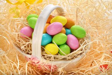 cestino di Pasqua con uova colorate
