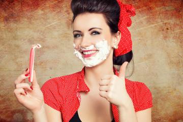 Pinup Girl mit Daumen hoch zur Rasur vom Gesicht