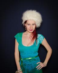 Giovane donna con cappello invernale