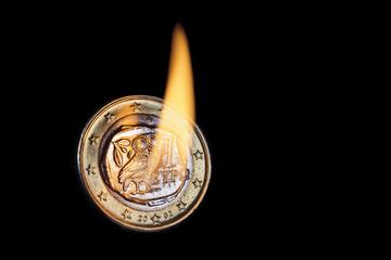 Griechische Euromünze in Flammen
