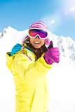 Skifahrerin macht Daumen hoch