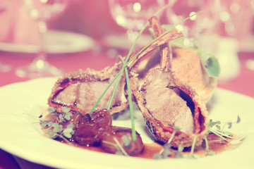 Rack of lamb with caramelized onions and bread, toned