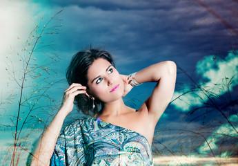 Doble exposicion retrato de hermosa mujer con cielo