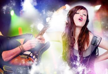 Hermosa mujer escucha música con fondo de guitarra en directo