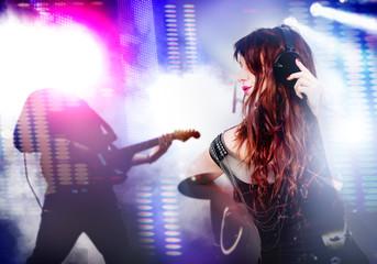 hermosa mujer escucha musica en directo fondo de guitarra