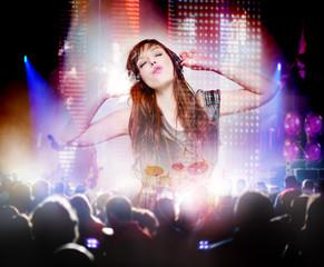 Hermosa mujer escucha musica en el concierto musica en directo