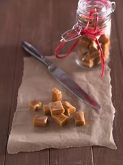 Karamell Bonbons auf einem Tablett
