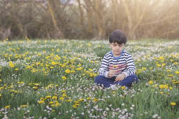 niño con flor en primavera