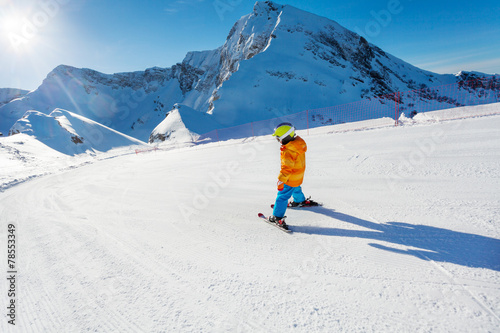 Papiers peints Glisse hiver Boy in motion on ski-track skiing view from back