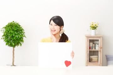 メッセージボードと笑う女性