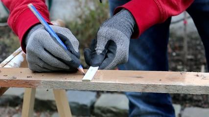 Handwerker mit Holzbohrer