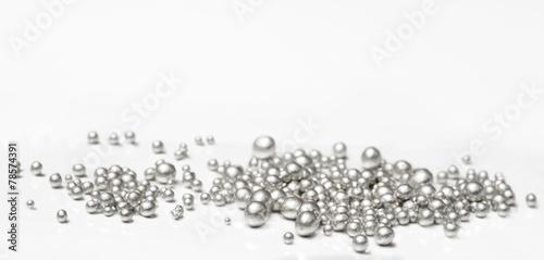 Czyste srebrne granulki na białym tle