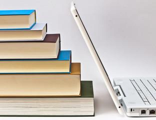 Notebook und Bücher