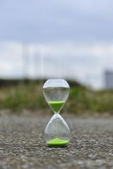 地面に置かれた砂時計