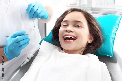 Fototapeta Gabinet stomatologiczny , dziecko na fotelu dentystycznym