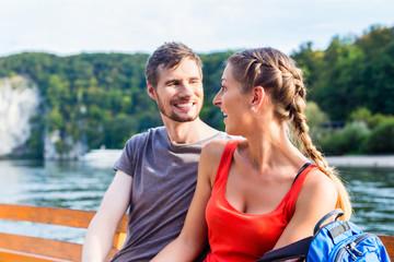 Paar auf Boot am Donaudurchbruch