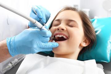 Leczenie ubytku w zębie,dziecko u stomatologa
