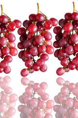 Uva rossa con riflesso, sfondo bianco, soggetto isolato