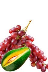 Grappolo d'uva con mango al centro sfondo bianco isolato