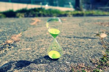 地面に置かれたガラスの砂時計