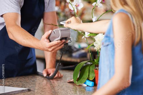 Mobile Payment an der Kasse im EInzelhandel - 78593975