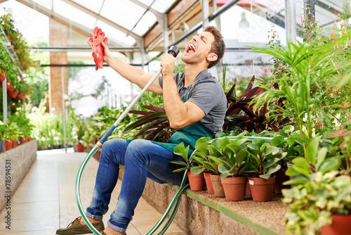 Leinwanddruck Bild Gärtner singt für Freude im Gewächshaus