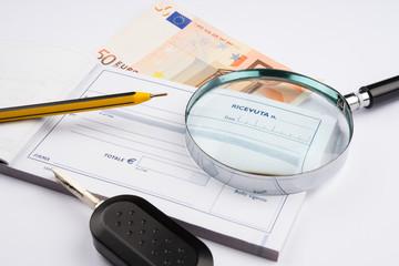 banconota con ricevuta e lente d'ingrandimento