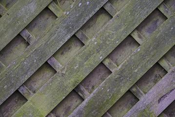 Holzzaun verwittert diagonal