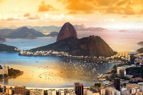 Papiers peints Montagne Rio De Janeiro, Brazil in twilight