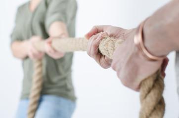 Mann und Frau ziehen am Seil