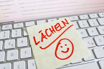 Notiz auf Computer Tastatur: Lächeln